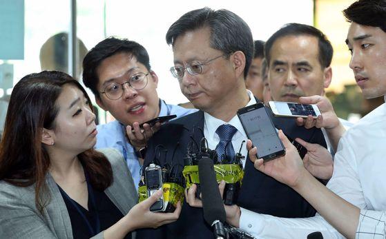 지난 6월 첫 공판에 출석하고 있는 우병우 전 청와대 민정수석의 모습. 김성룡 기자