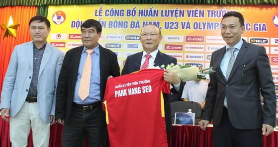 박항서 베트남 축구대표팀 감독(오른쪽 두번째)이 11일 베트남축구협회와 정식 계약을 마친 뒤 대표팀 유니폼을 건네받고 있다. [연합뉴스]