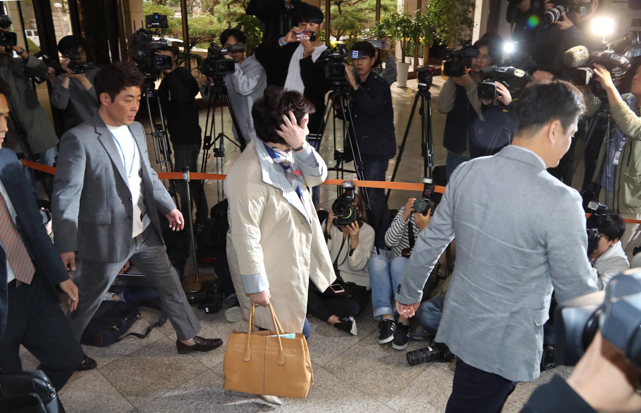 가수 고 김광석씨의 부인 서해순씨가 12일 오후 서울경찰청에서 조사를 받기위해 청사에 들어서고 있다. 최승식 기자