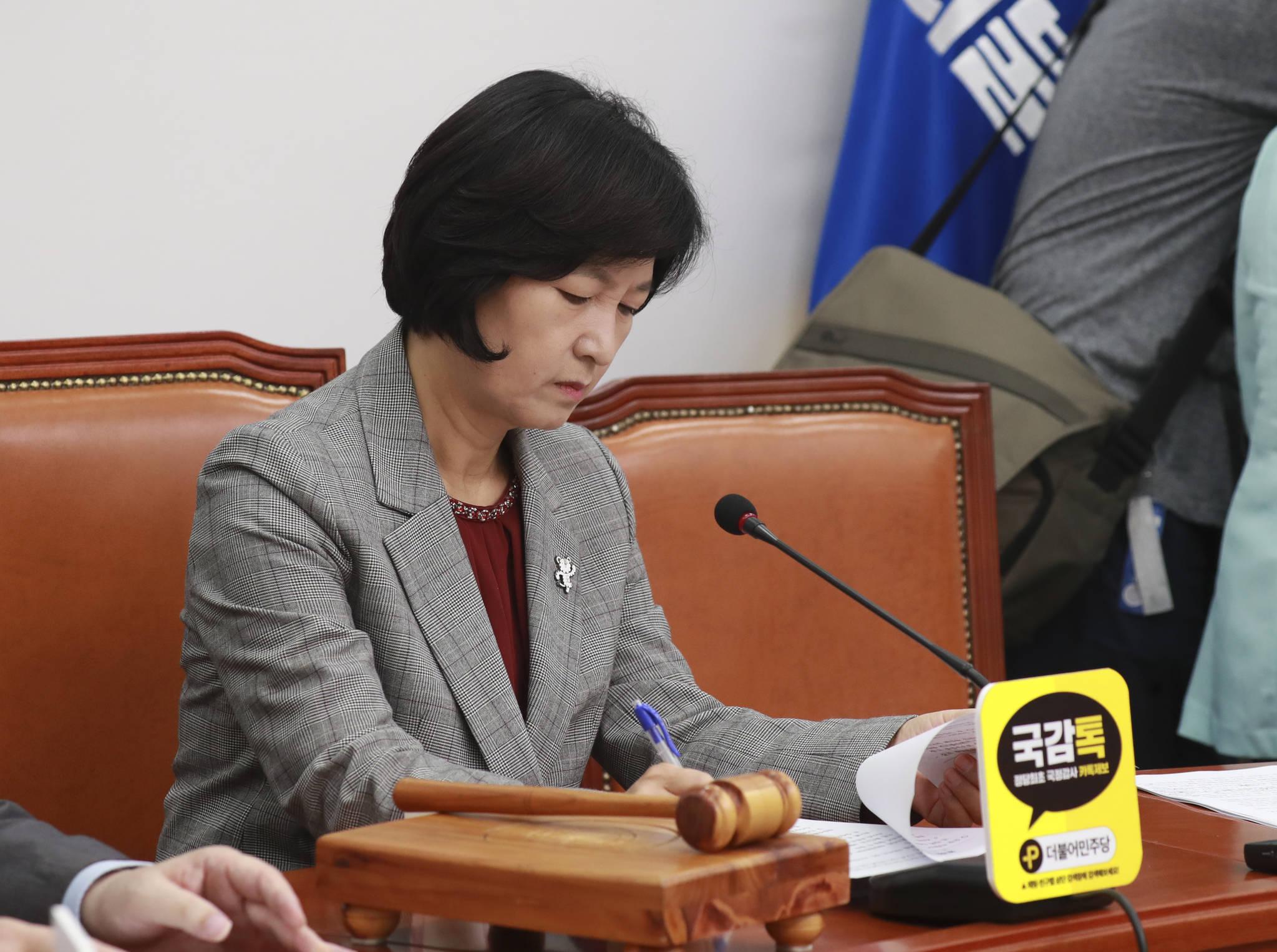 취재진 보다 먼저 회의실에 들어온 추미애 대표가 13일 국회 최고위원회의에서 회의 자료를 살펴보고 있다. 임현동 기자