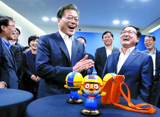 문재인 대통령이 지난 11일 오후 서울 마포구 에스플렉스센터에서 열린 4차산업혁명위원회 출범 및 제1차회의에 앞서 음성인식이 가능한 인공지능 캐릭터로봇 뽀로롯과 대화하 하며 밝게 웃고 있다. 청와대사진기자단