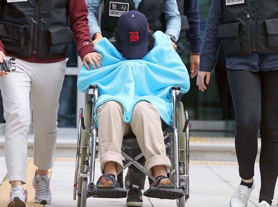 이영학의 딸 이모양이 12일 오전 영장실질심사를 마치고 서울북부지법을 나서고 있다. [김상선 기자]
