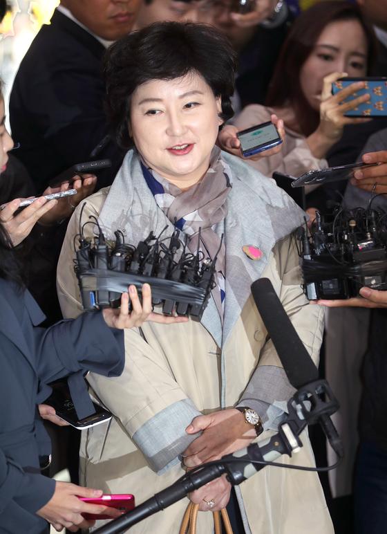 서해순씨가 12일 조사를 받기 위해 서울경찰청에 출석하며 기자들의 질문을 받고 있다. [최승식 기자]