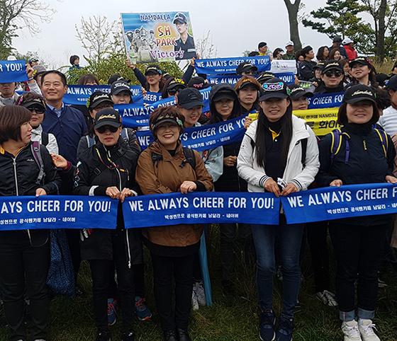 플래카드·머플러 등 응원 도구까지 준비한 박성현 팬클럽 회원들. [김지한 기자]