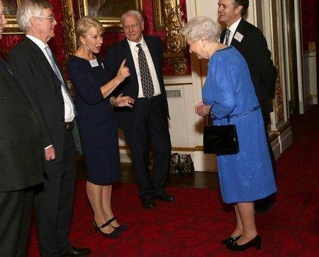 엘리자베스 2세 영국 여왕(오른쪽)과 만난 헬렌 미렌. 미렌은 이 영화 츌연을 계기로 영국 여왕이 주는 작위를 받았다.