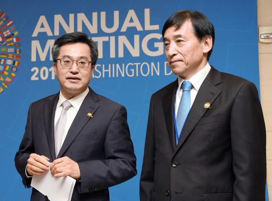 김동연 경제부총리 겸 기획재정부 장관(왼쪽)과 이주열 한국은행 총재가 12일(현지시간) 미국 워싱턴DC국제통화기금(IMF)에서 열린 G20 재무장관회의 오찬 도중 기자들과 이야기하고 있다. [사진 기재부]