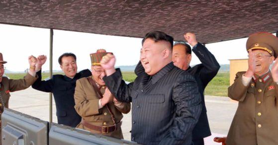 미사일 발사훈련을 지켜보며 기뻐하는 북한 김정은 노동당 위원장. [사진 평양 조선중앙통신]
