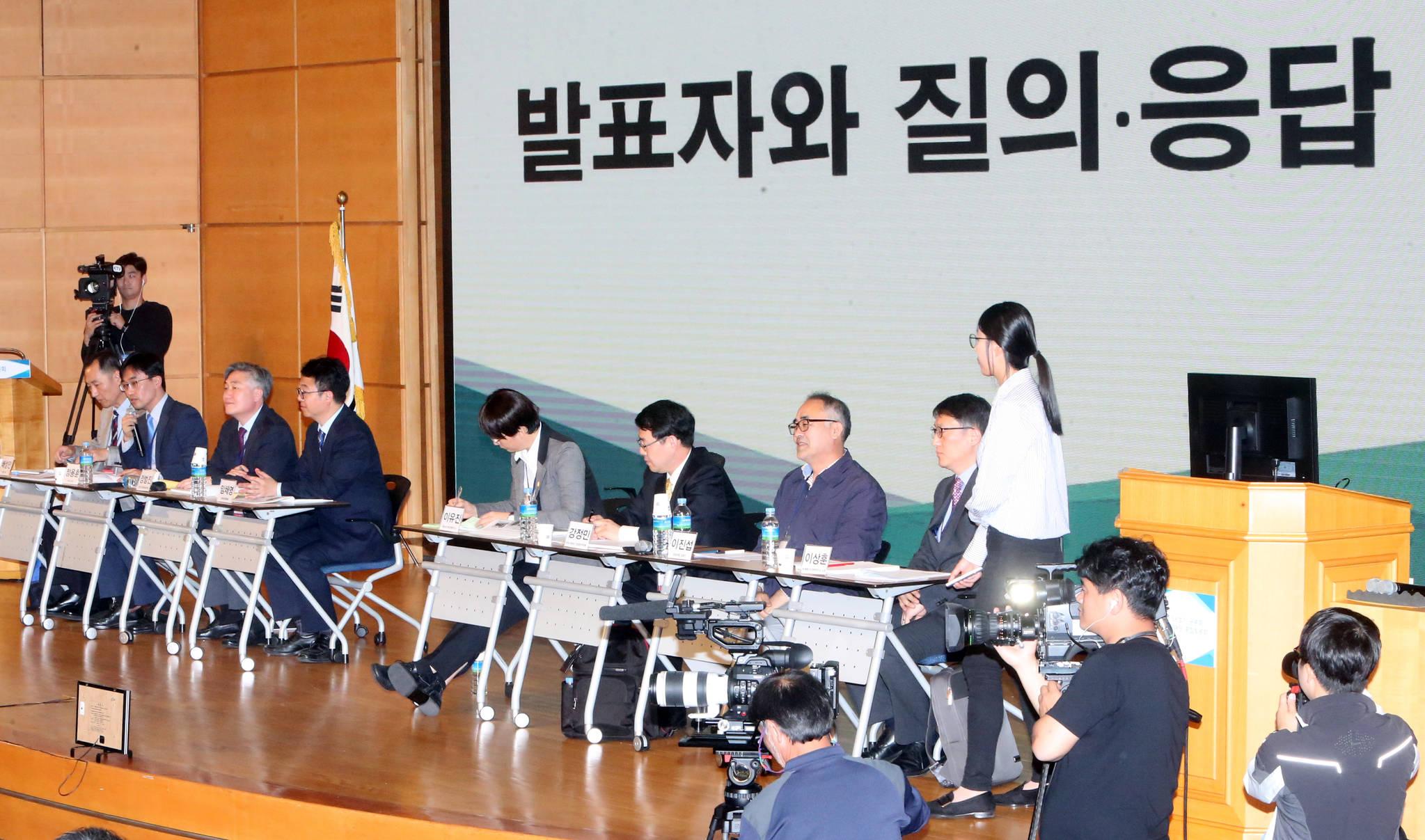 신고리 5·6호기의 운명을 결정할 시민참여단의 종합토론회 둘째날인 14일 오전 충남 천안 계성원에서 '발표자와 시민참여단의 질의·응답 시간'이 열렸다. [연합뉴스]