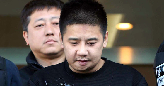 서울 중랑경찰서는 13일 '어금니 아빠' 이영학(35)씨의 얼굴을 공개했다. 경찰은 이씨에게 마스크도 씌우지않았고 수갑 찬 손목도 가리지않았다. [중앙포토]