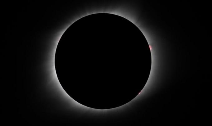 오준호 교수 팀이 미국 오레건주 마드라스에서 촬영한 개기 일식. 3시, 5시 방향에 붉은 화염이 보인다. [사진=오준호 교수 제공]