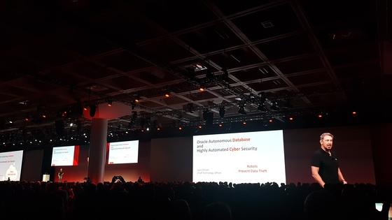 지난 1일 미국 샌프란시스코 모스콘센터에서 열린 오픈월드 2017에서 래리 엘리슨 오라클 회장이 기조연설을 하고 있다. 엘리슨 회장은 이 자리에서 인공지능(AI) 기술 중 하나인 머신러닝을 활용한 자율운영 데이터베이스 관리시스템(DBMS)을 공개했다. [하선영 기자]