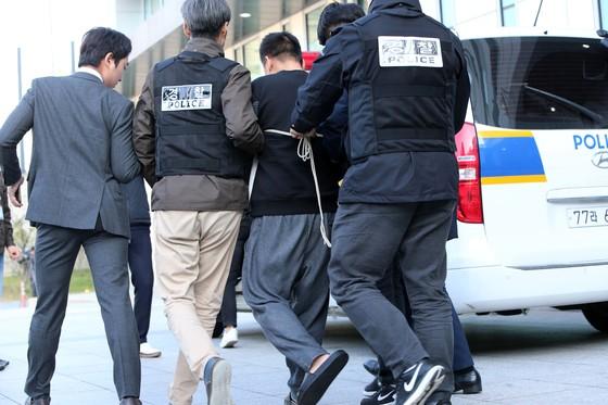 서울 중랑경찰서는 13일 '어금니 아빠' 이영학(35)씨의 얼굴을 공개했다. 경찰은 이씨에게 마스크도 씌우지않았고 수갑 찬 손목도 가리지않았다.이씨는 이날 오전 중랑경찰서에서 기자들의 질문에 답한뒤 호송됐다. [조문규 기자]