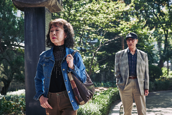 영화 <죽여주는 여자>에서 소영(윤여정 분)이 공원에서 노인을 상대하고 있다. [사진제공=CGV아트하우스]