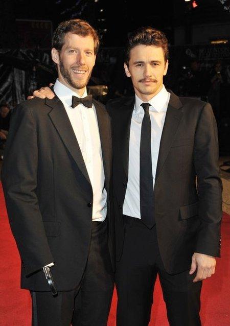 의수를 착용하고 있는 아런 랄스턴(왼쪽). 그는 자신의 역할을 맡은 제임스 프랭코에게 사고 당시 상황과 심정 등을 생생하게 전달했다고 한다.