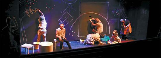 사방이 꽉 막힌 것 같은 세상, 연극 '스핀 싸이클'은 그곳에 사는 사람들을 직시한다. [사진 극단 루트21]