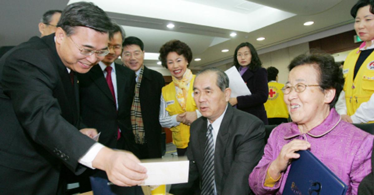 2006년 남북 이산가족 화상 상봉장을 찾은 이종석 당시 통일부 장관 [중앙포토]