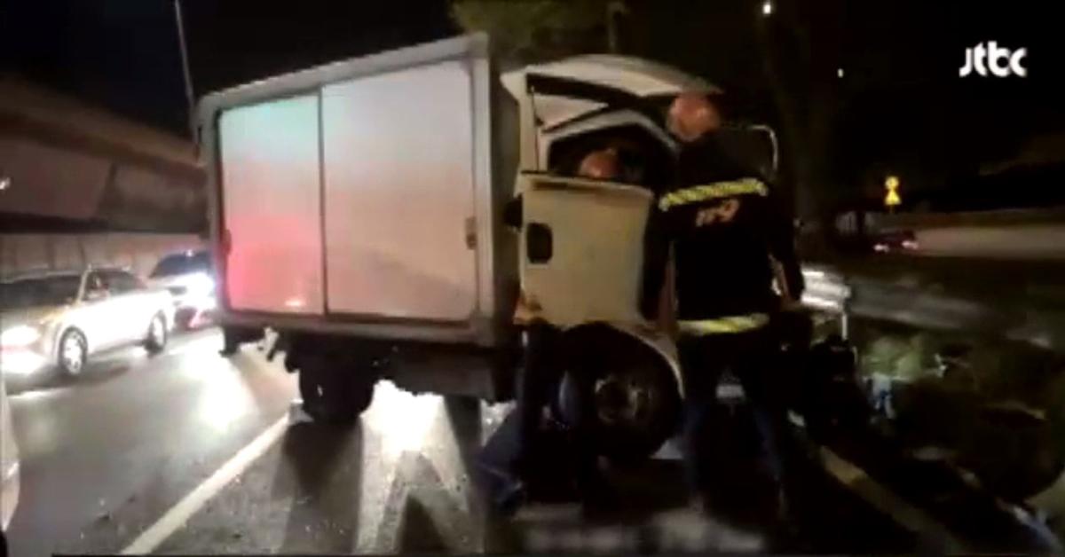 14일 오전 5시쯤 서울 강변북로에서 일어난 3중 추돌사고로 파손된 트럭 [사진 JTBC 캡처]