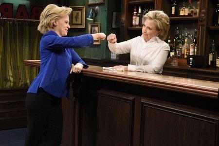 지난해 TV쇼 'SNL'에 바텐더로 출연한 힐러리 클린턴(오른쪽)이 자신의 역을 맡은 SNL 크루 케이트 맥키넌과 주먹인사를 나누고 있다.