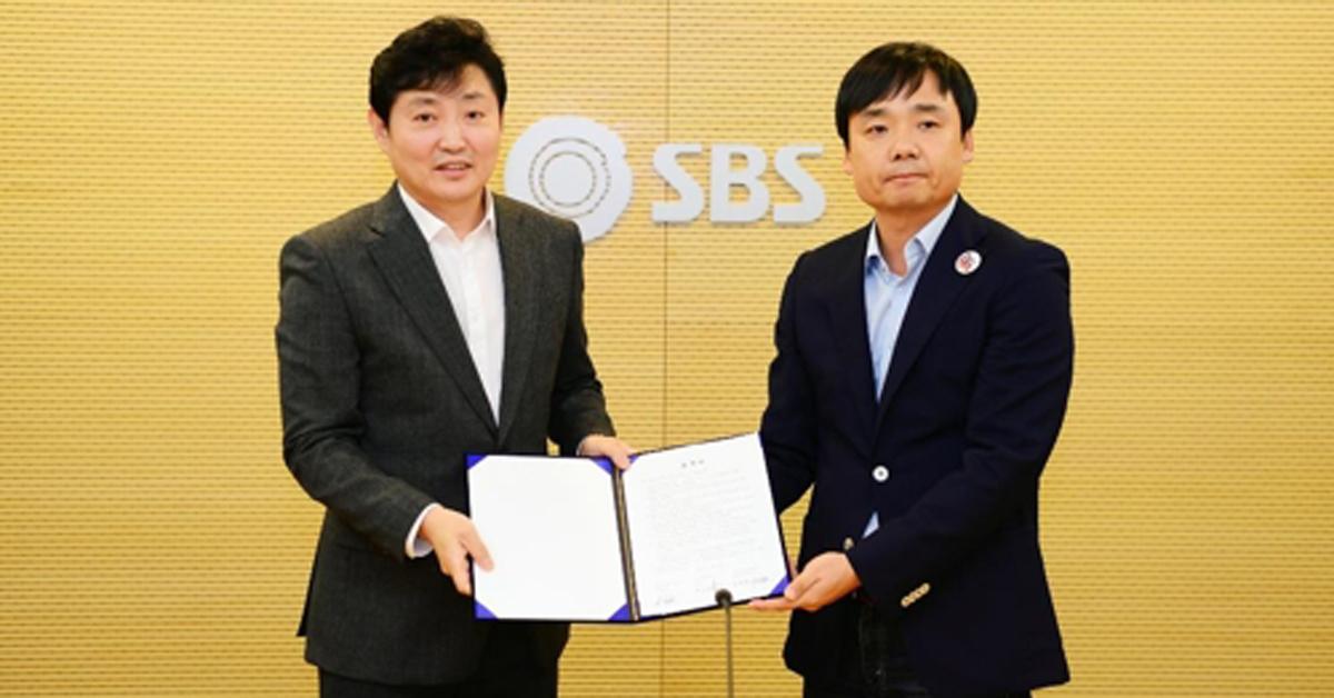 SBS 박정훈 사장(왼쪽)과 윤창현 전국언론노동조합 SBS본부장 [사진 SBS]
