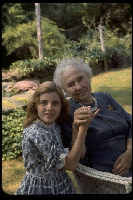 헬렌 켈러(오른쪽)를 만나 손을 맞잡고 소통하는 패티 듀크. 헬렌 켈러는 설리번 선생님의 도움으로 장애를 극복하고 반전-인권운동가로 활동했다.