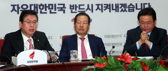 홍준표 자유한국당 대표가 16일 서울 여의도 당사에서 최고위원회의를 주재했다. 홍대표는 자신의 부인이 통신정보를 검열받았다고 주장했다. 강정현 기자