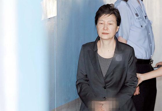 박근혜 전 대통령이 호송버스에서 내려 법정으로 가고 있다. [연합뉴스]