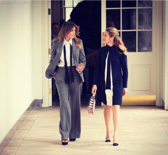 회색 핀 스트라이프 슈트에 흰색 셔츠, 그리고 검정 넥타이를 스카프처럼 두른 멜라니아가 백악관을 찾은 쥐스탱 트뤼도 캐나다 총리의 부인을 안내하고 있다. [인스타그램]
