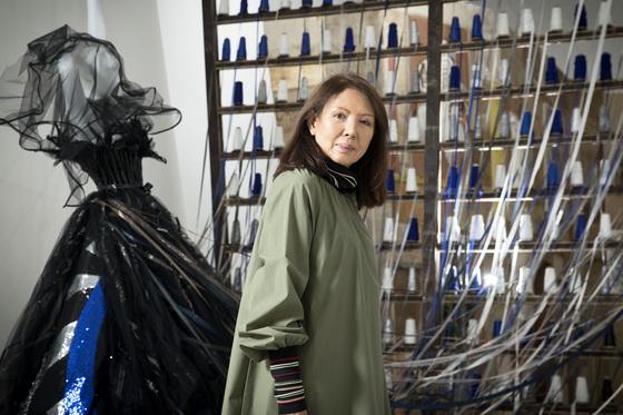 지난 10일 DDP에서 자신의 작품을 배경으로 포즈를 취한 패션 디자이너 루비나. [장진영 기자]