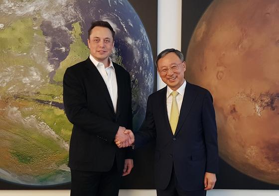 황창규 회장(오른쪽)이 12일 미국서 머스크 테슬라 회장에게 자율주행차 협업을 제안했다. [사진 KT]
