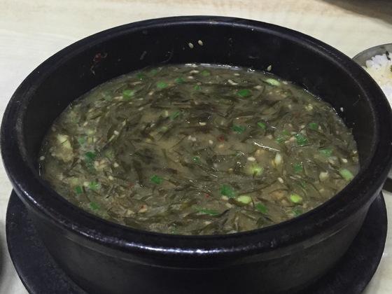 모자반을 듬뿍 넣은 몸국은 제주의 대표적인 향토음식이다. 우진해장국에선 고사리육개장처럼 돼지고기 육수를 기본으로 한다.