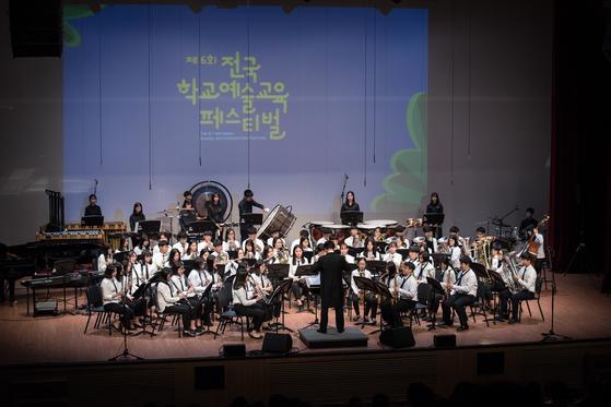 교육부가 17~19일 서울 올림픽공원에서 '제7회 전국 학교예술교육 페스티벌'을 개최한다. 지난해 열린 행사에 참가한 학교가 오케스트라 공연을 하고 있다. [사진 교육부]