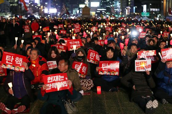 박근혜 대통령 탄핵심판 인용을 촉구하는 시민들이 지난 3월 9일 서울 광화문광장에서 촛불집회를 하고 있다. 김성룡 기자