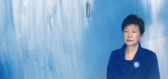 박근혜 전 대통령이 재판에 출석하기 위해 호송차에서 내려 법정으로 향하고 있다. [연합뉴스]
