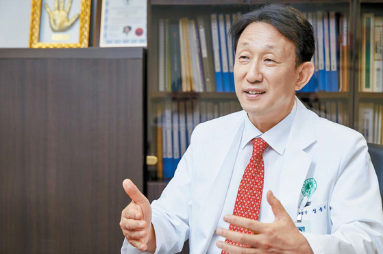 심봉석 이화의료원장은 기준 병실 3인실 시도에 대해 환자를 위한 병원의 변화가 필요하다고 말했다.