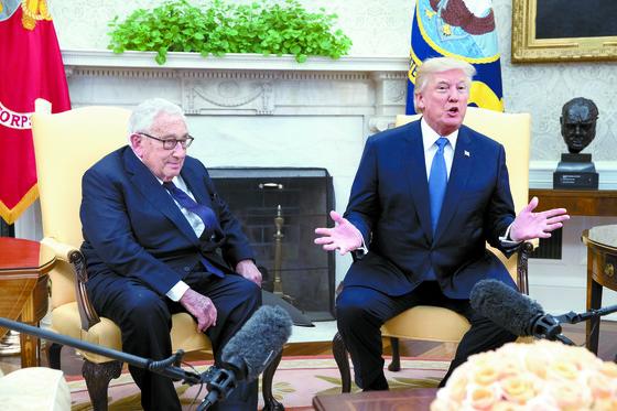 10월 10일 도널드 트럼프 미 대통령이 백악관으로 93세의 헨리 키신저 전 국무장관(왼쪽)을 초청, 외교 정책 자문을 구하기 앞서 기자들에게 설명을 하고 있다.