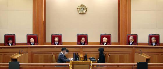 지난달 28일 헌법재판소 대심판정에서 재판관들이 착석한 가운데 헌법소원 사건에 대한 선고를 진행하고 있다. [연합뉴스]