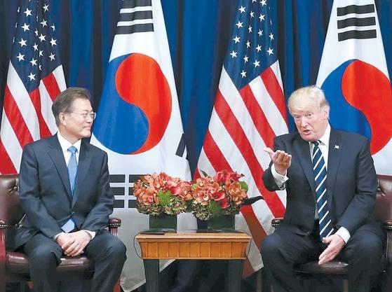 문재인 대통령이 지난달 21일(현지시간) 미국 뉴욕에서 도널드 트럼프 대통령과 한·미 정상회담을 하고 있다. [중앙포토]