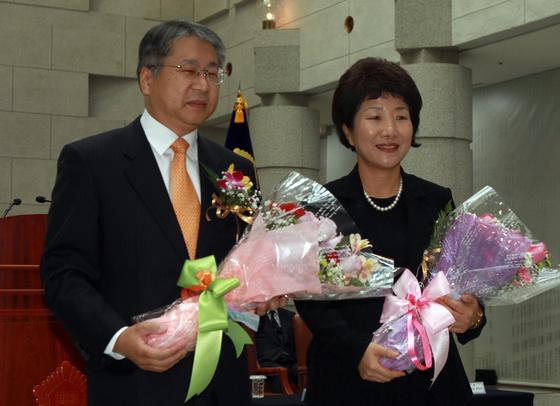2012년 1월 취임식 직후 기념촬영하고 있는 김용덕 · 박보영 대법관. 강정현 기자