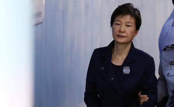 박근혜 전 대통령이 구속 연장 후 첫 공판에 출석하기 위해 16일 오전 서울중앙지법에 들어서고 있다. [연합뉴스]