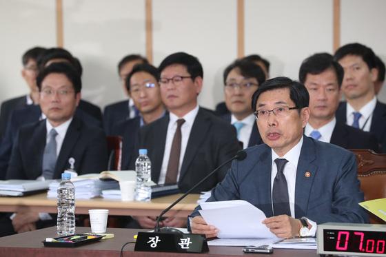 16일 법무부 국정감사에서 발언하고 있는 박상기 법무부 장관(앞줄). 김경록 기자