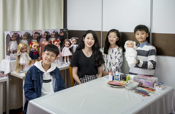 어유진(왼쪽에서 두 번째) 베이비돌 리페인팅 아티스트가 박준혁·이지원·박민혁(왼쪽부터) 소중 학생기자에게 인형 리페인팅 방법을 알려줬다.