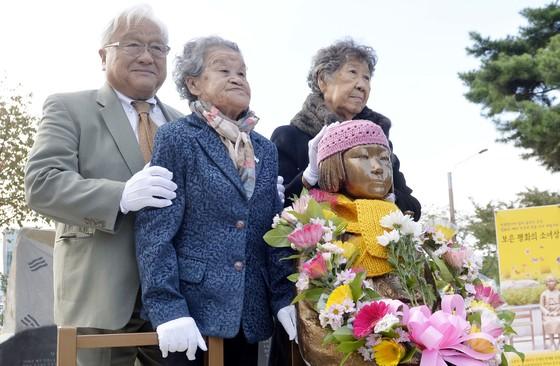 혼다 전 의원(왼쪽)과 위안부 할머니들이 13일 보은군에서 열린 평화의 소녀상 제막식에 참석했다.