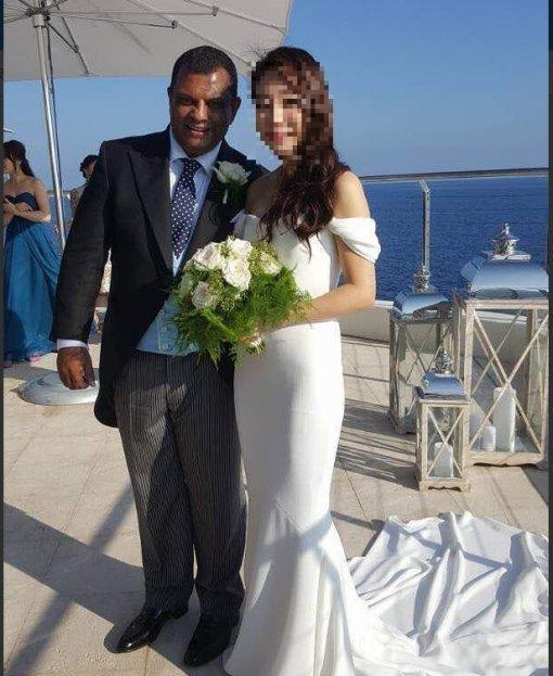 아시아 최대 저가항공인 에어아시아 그룹의 토니 페르난데스(53) 회장이 지난 14일 프랑스 코트다뤼르에서 한국 출신 여성 '클로에'와 비공개 결혼식을 올리는 모습. [사진 트위터]