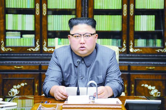 김정은 북한 노동당 위원장이 9월 21일 국무위원회 위원장 명의로 성명을 발표하고 있다. [사진 노동신문]
