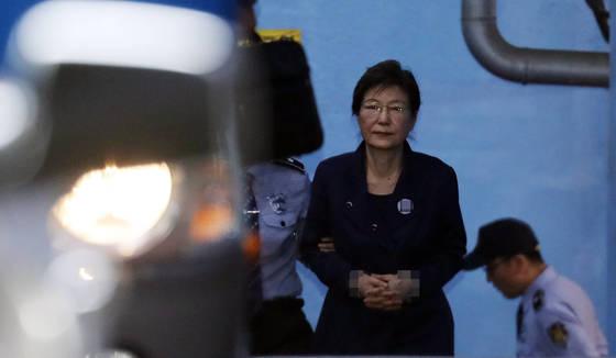박근혜 전 대통령이 구속 연장 후 첫 공판을 마친 16일 오전 서울중앙지법을 나서고 있다. [연합뉴스]