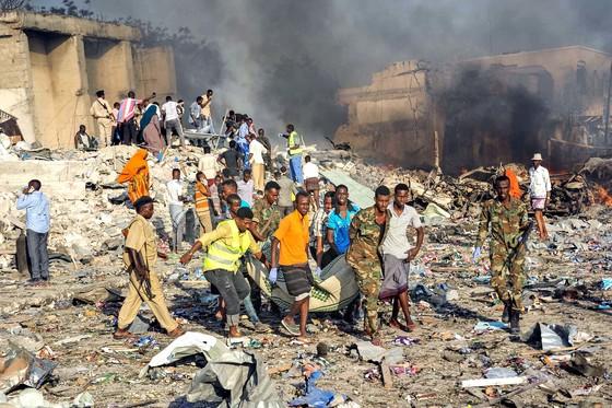 소말리아서 자살폭탄 테러 … 90명 사망