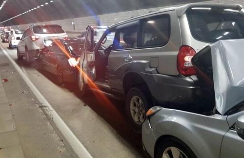 중부내륙고속도로 창원방면 중원터널에서 발생한 13중 추돌사고. [연합뉴스]