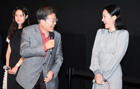 문재인 대통령이 15일 부산에서 열리고 있는 부산국제영화제에 참석해 한국 사회의 여성 문제를 소재로 한 영화 '미씽:사라진 여자'를 관람했다. 문 대통령이 영화 관람 뒤 출연 배우인 공효진(왼쪽)·엄지원씨와 대화하고 있다. 현직 대통령이 부산국제영화제에 참석해 영화를 관람한 것은 이번이 처음이다. 김상선 기자