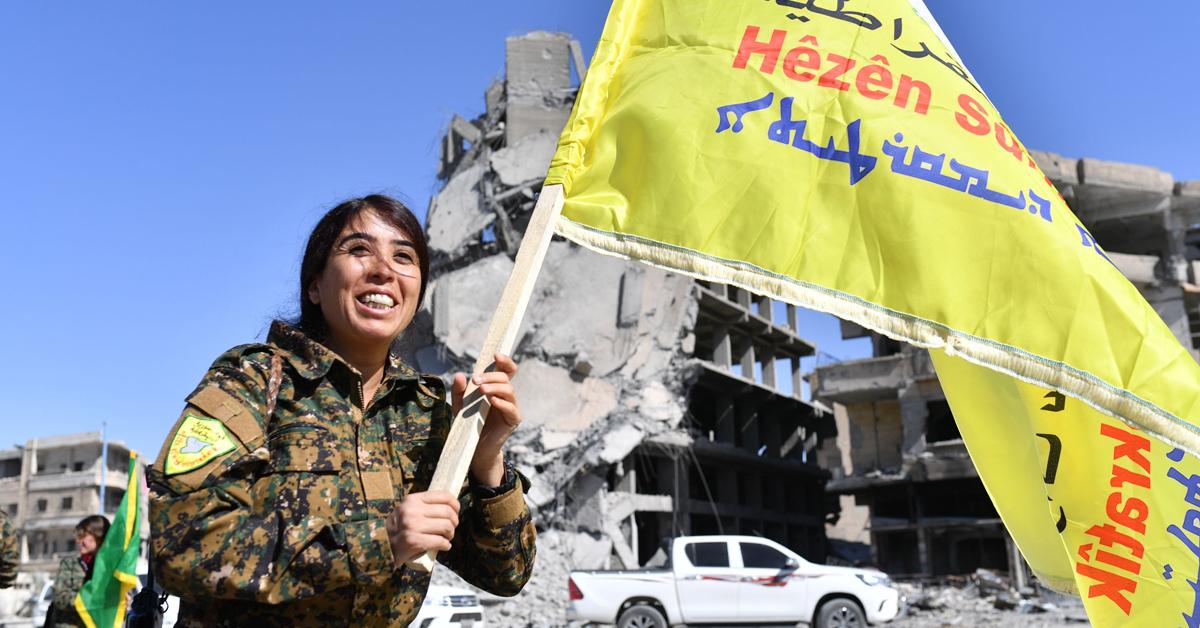 락까 점령을 기뻐하는 로자 펠렛 시리아 민주군 지휘관. [AFP=연합뉴스]