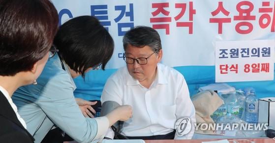 박근혜 전 대통령의 석방을 요구하며 8일째 단식농성을 벌이고 있는 조원진 대한애국당 공동대표가 17일 오후 국회 본관 2층 농성장에서 국회 의료진의 진료를 받고 있다
